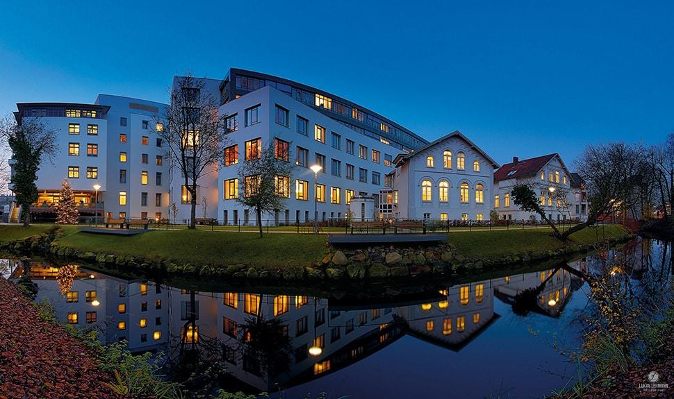 Panorama - Pius Hospital Oldenburg - blaue Stunde - Fotograf Lukas Lehmann